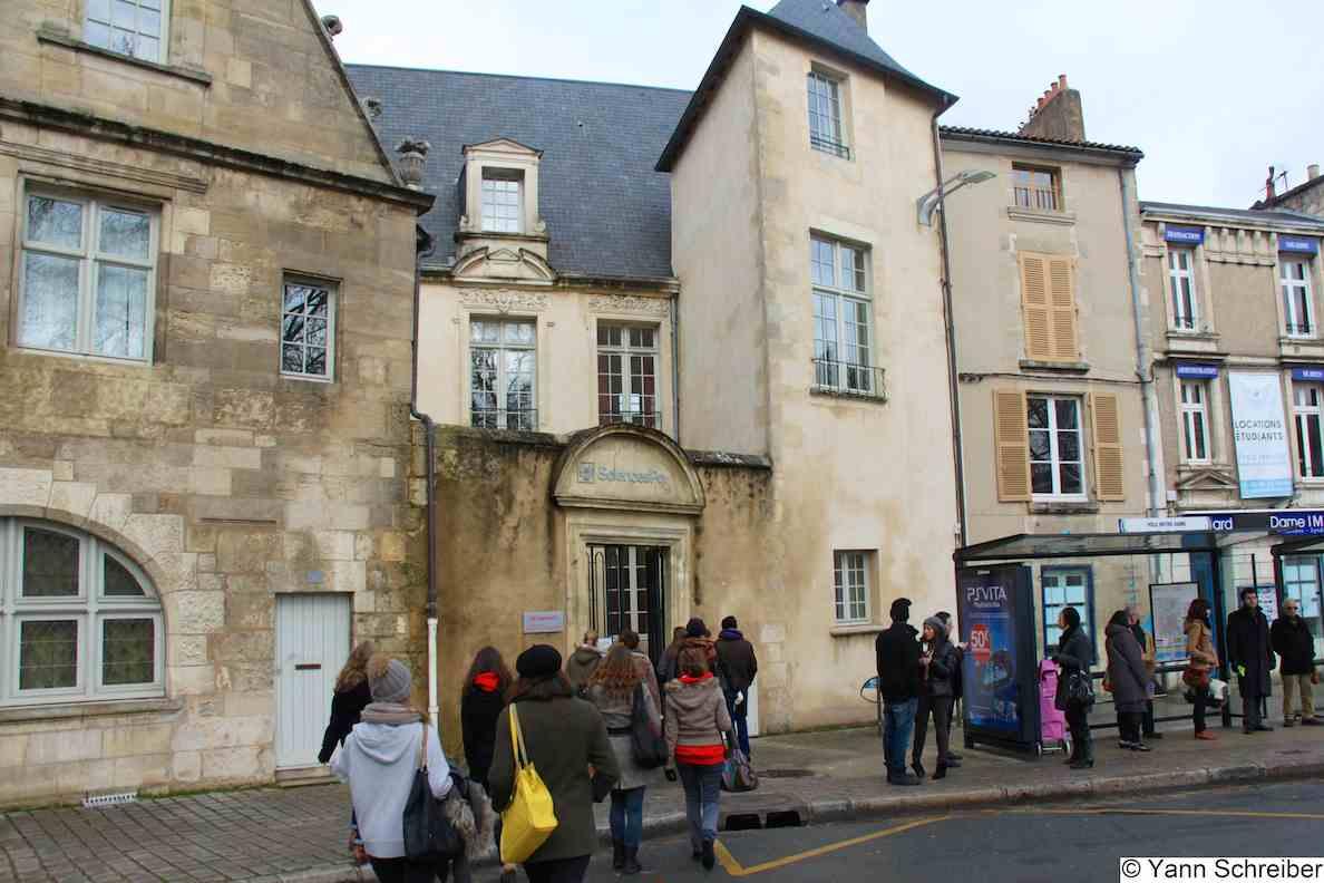 Une gigantesque vague de nancéiens débarquant sur le campus de Poitiers.