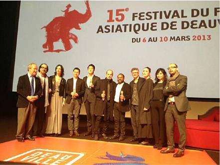 Les membres du Jury entourant V. Sandoval, Yoo Ji-tae, Vahid Vakilifar et Kamal K.M.