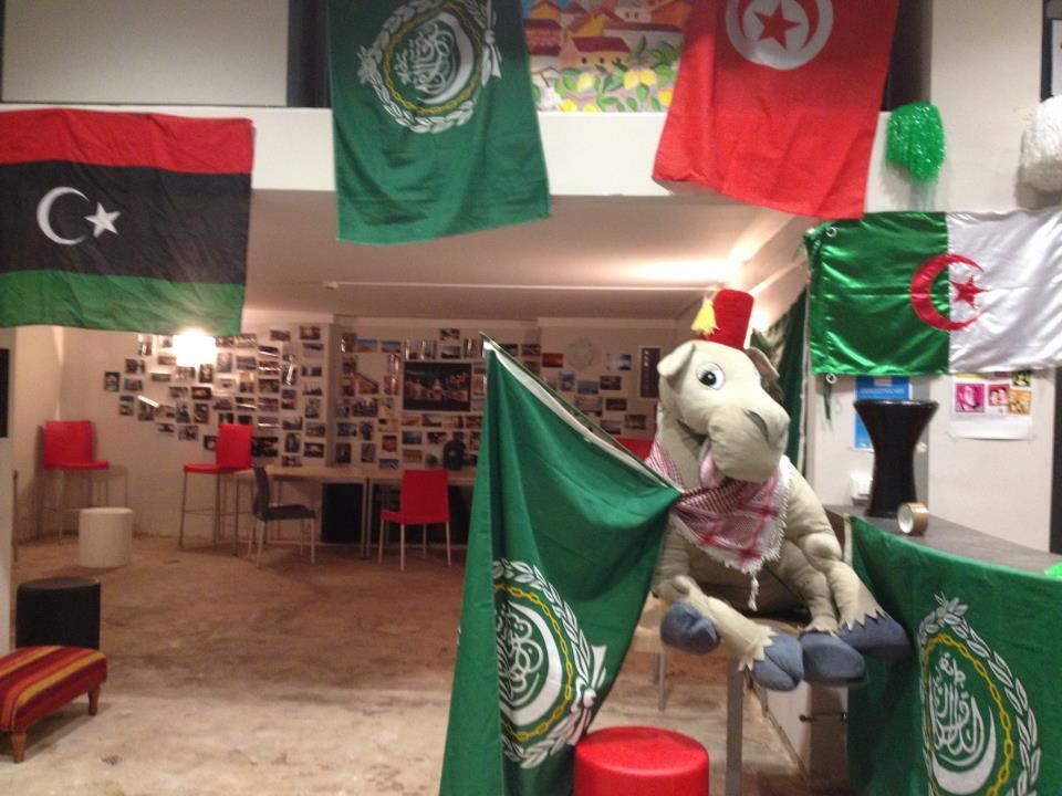La mascotte de Menton trône au milieu des drapeaux.