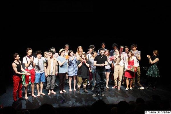 La troupe du Projet Collectif Theatre à la fin de la représentation de Tourista au Théâtre de la Manufacture.