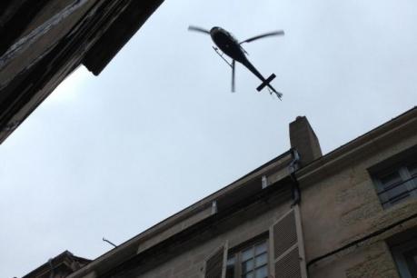 Un hélicoptère pour traquer le fugitif.