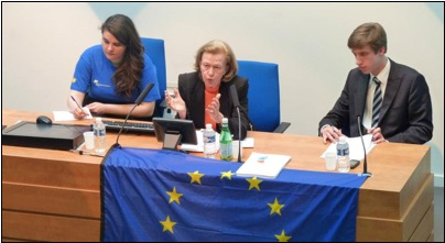 Nicole Fontaine (au centre) encadrée par Pauline Vidal, présidente des Jeunes Européens du Havre et Théophile de Lassus, trésorier des Jeunes Européens du Havre.