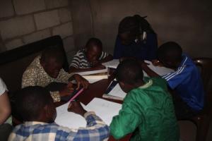 5 heures en entreprise et 5 heures de soutien aux enfants (ici à Yaoundé au Cameroun)