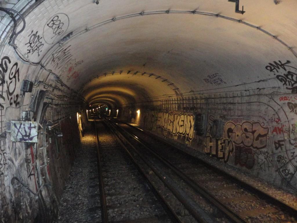 Au bout du tunnel au loin, la station Mabillon.