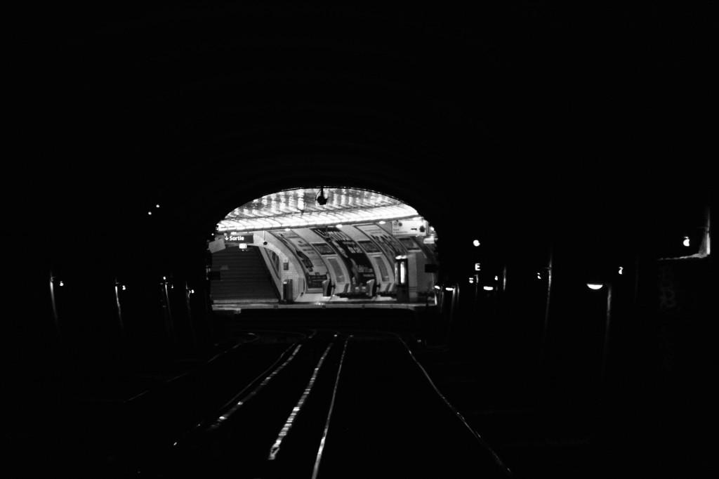 Obscurité des tunnels du métro parisien.