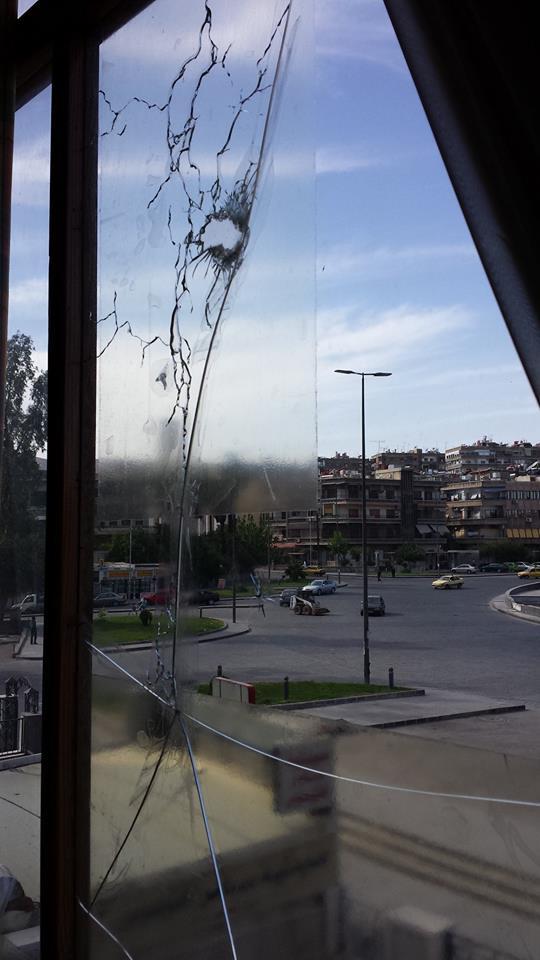 La fenêtre des grands-parents de Joe donnant sur la place des Abassides, touchée par des mortiers.