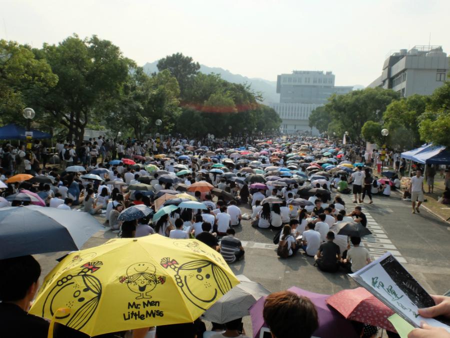 Etudiants massés sur le campus de CUHK au premier jour de grève étudiante.