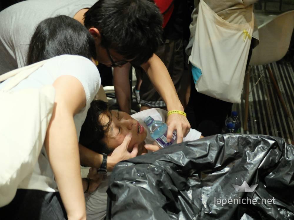Etudiant ayant reçu du gaz poivre soigné par deux de ses camarades.