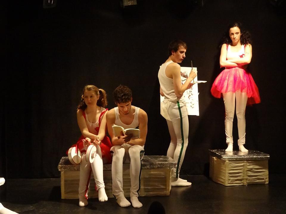 Les comédiens dont Romane Bouguerouche (à gauche) dans la pièce Pas de seconde chance pour les morts du sciencepiste Yrieix Denis