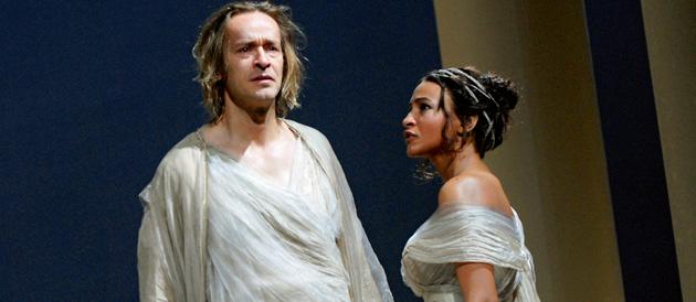 """Éric Ruff (Pyrrhus) et Léonie Simaga (Hermione) dans """"Andromaque"""". © Pacôme Poirier /Wikispectacle"""