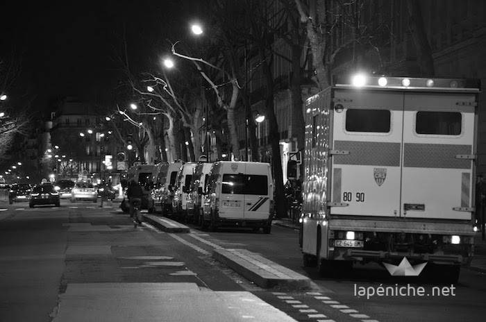 Des cars de CRS boulevard St Germain pour le forum SciencesPoTV. Photographie : Guillaume Casel.