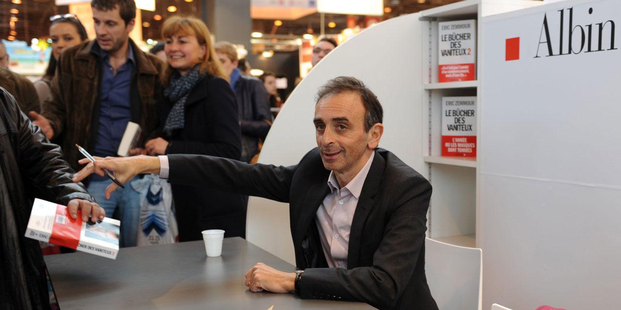 Eric Zemmour lors d'une séance de dédicaces du Suicide Français. Crédits : Europe1.