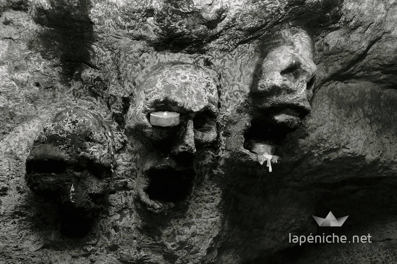 De nombreuses sculptures ornent les galeries, à l'instar de ces têtes de mort
