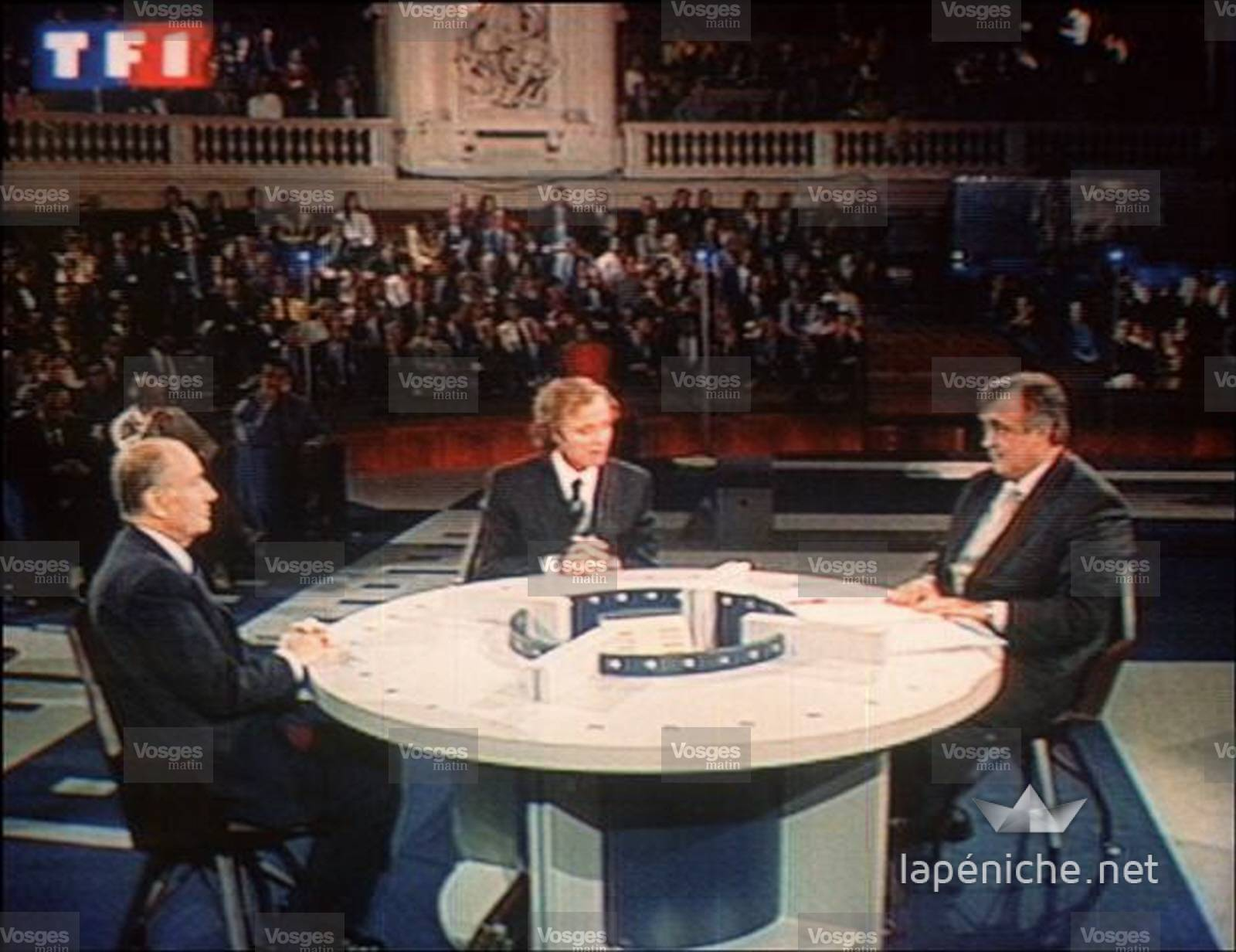 Philippe Séguin et François Mitterrand lors du débat animé par Guillaume Durand en 1992.