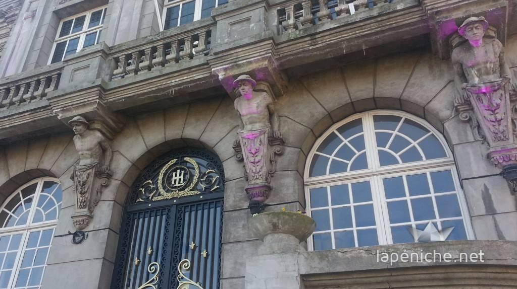 Le balcon extérieur de l'hôtel de ville est soutenu par quatre statues de mineurs. Un rappel du passé de la ville et de ses habitants