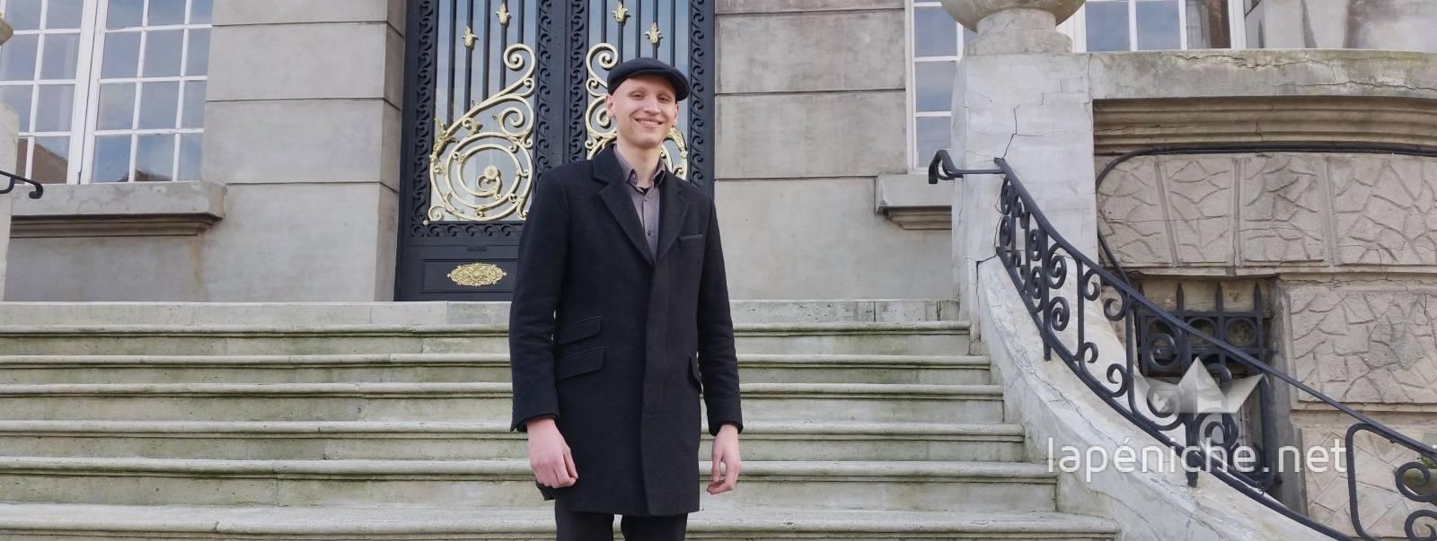 Octave Nitkowski devant la mairie d'Hénin-Beaumont.