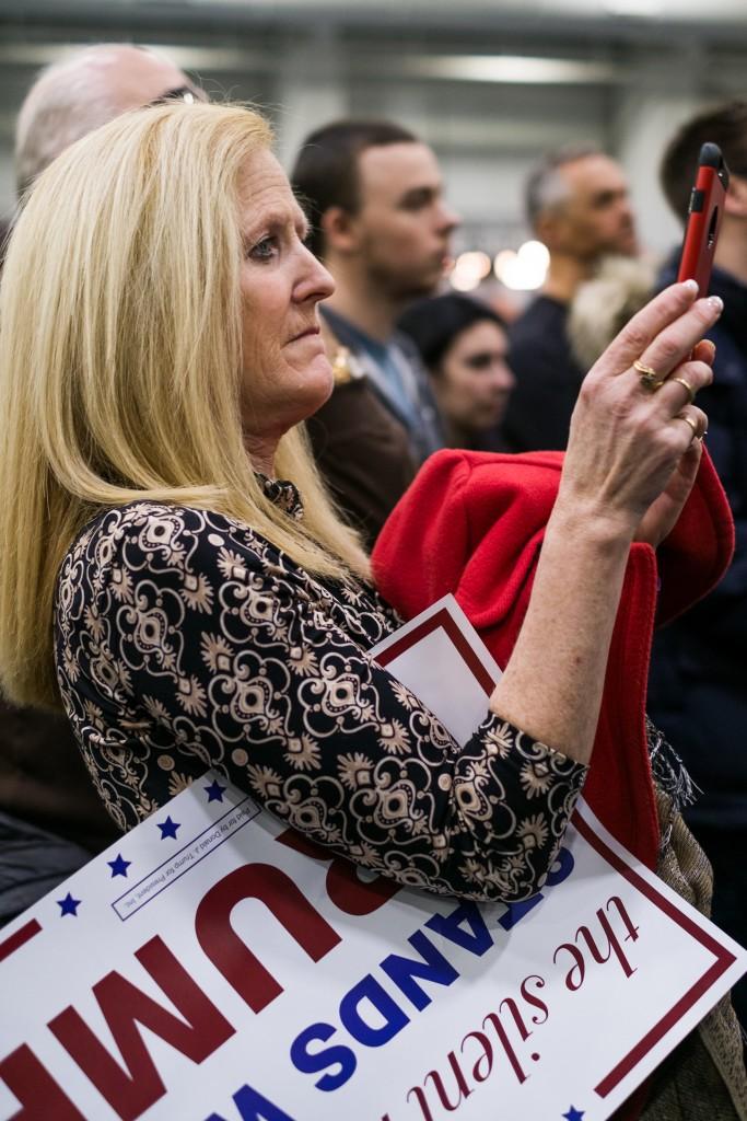 Une sympathisante écoute le discours du candidat républicain (Crédits : Hugo Bensai).