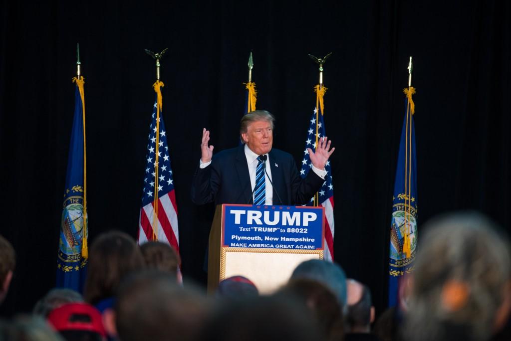 Donald Trump en réunion publique dans le gymnase se l'université de Plymouth, dans le New Hampshire (Crédits : Hugo Bensai).