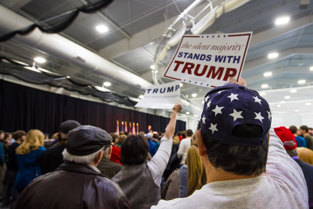 Des supporters au meeting de Donald Trump à Plymouth, dans le New Hampshire (Crédits : Hugo Bensai)