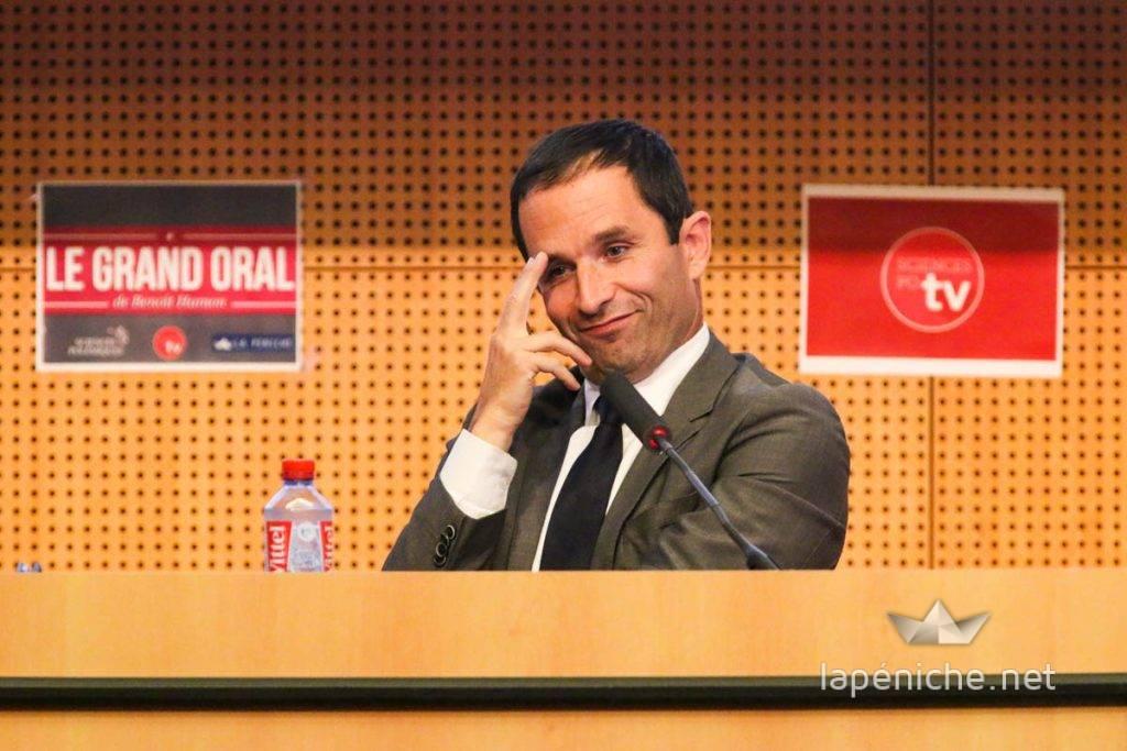 Benoît Hamon, arrivé en tête au premier tour, lors du Grand Oral, le 28 octobre 2015 à Sciences Po. photographie: Yann Schreiber