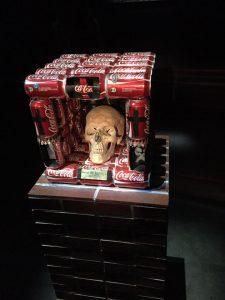 Vanité représentant le crâne de l'auteur, entouré de canettes de Coca-Cola