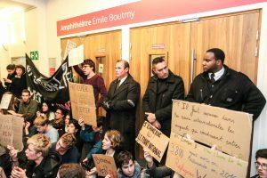 Des étudiants bloquent l'entrée de l'amphithéâtre Boutmy. (Yann Schreiber pour La Péniche)